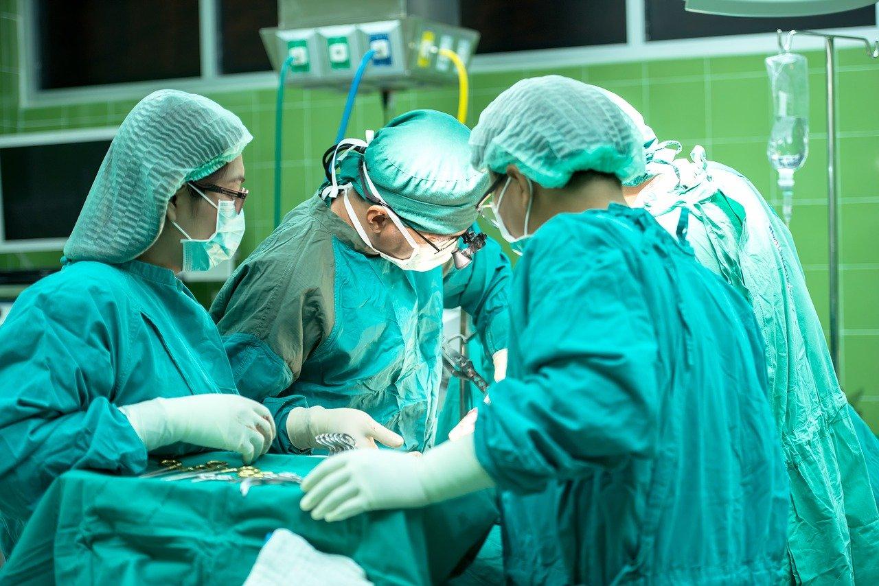 Zánět slepého střeva řeší chirurg